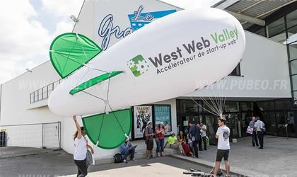 UN ballon dirigeable publicitaire pour West Web Valley à Carhaix